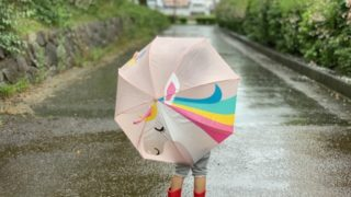 傘を差した子ども