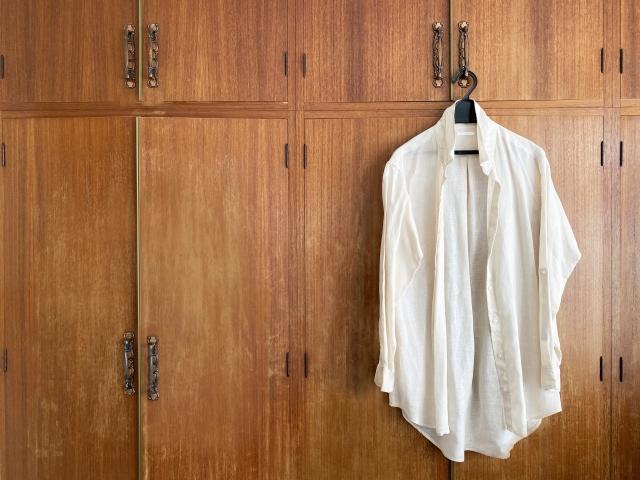 壁に掛けたワイシャツ