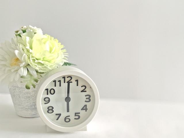 白い置き時計